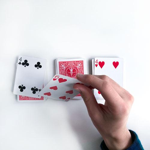 3 Stapel mit je einer aufgedeckten Karte