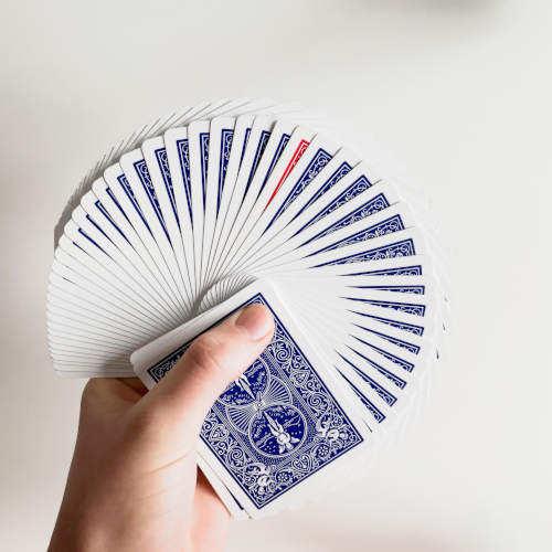 Blau Karten sind aufgefächert, dazwischen eine rote Karte