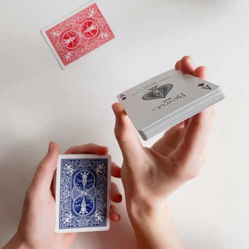 Aufgezwungene Karte wird Zuschauer gezeigt, rote Karte liegt auf dem Tisch