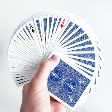 Zwei aufgedeckte Asse in einem Kartendeck