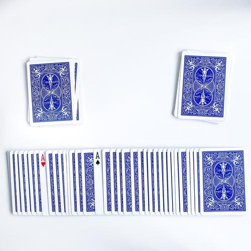 ausgebreitete Karten, dazwischen zwei aufgedeckte Asse