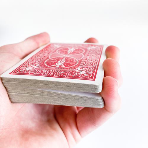 Kleiner Finger erzeugt Spalt zwischen Karten