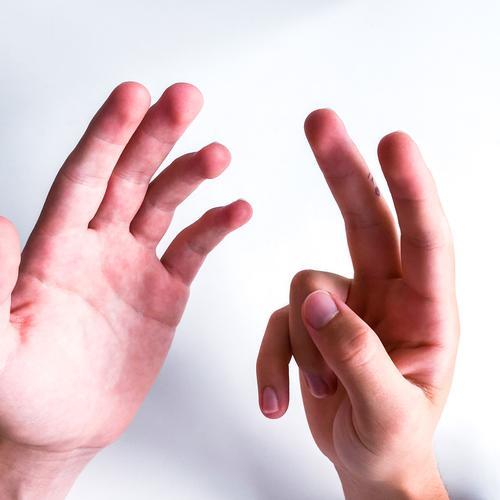 Hände zeigen sieben Finger